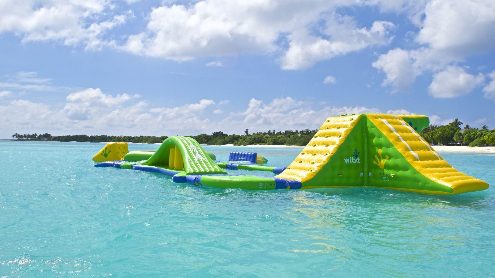 Мальдивы, отель Hideaway Beach Resort & Spa, водный городок