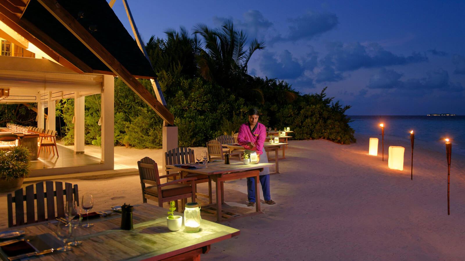 Мальдивы, отель Amari Havodda Maldives, ресторан Ember Grill