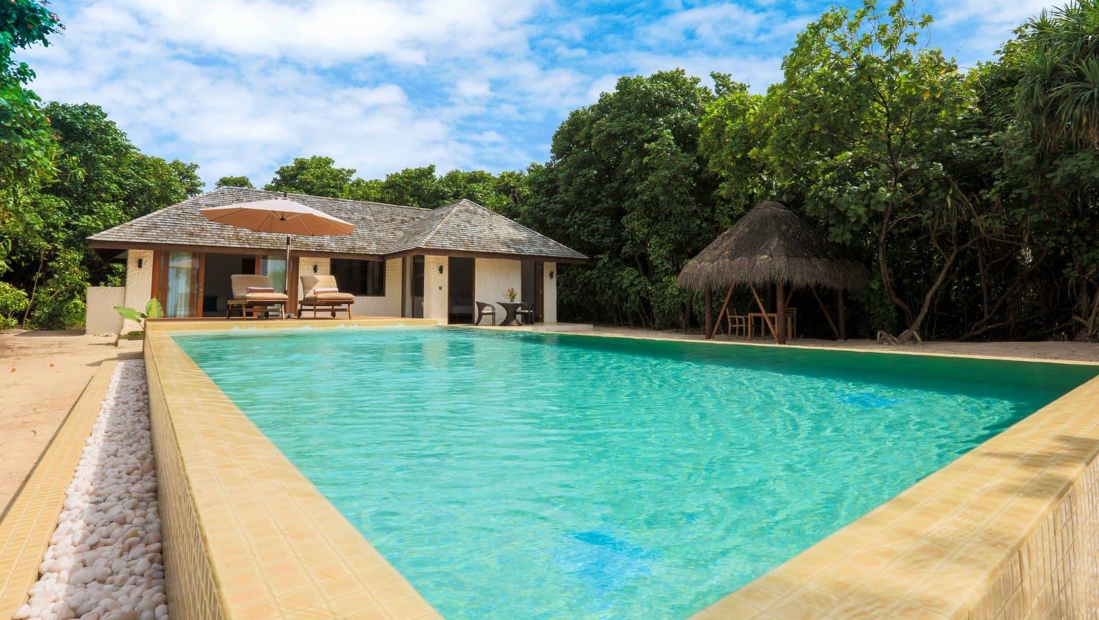 Мальдивы, Отель Hideaway Beach Resort & Spa, номер Deluxe Sunset Beach Villa