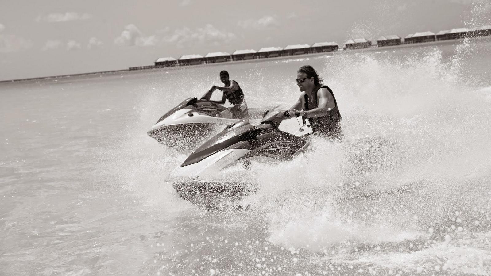 Мальдивы, отель Hideaway Beach Resort & Spa, гидроциклы