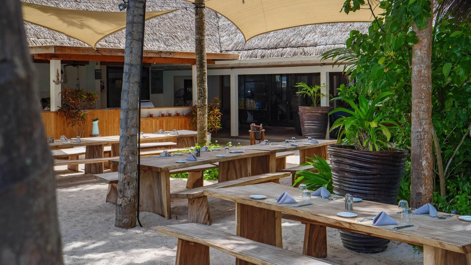 Мальдивы, отель Amilla Fushi Maldives, бар Emperor Beach Club