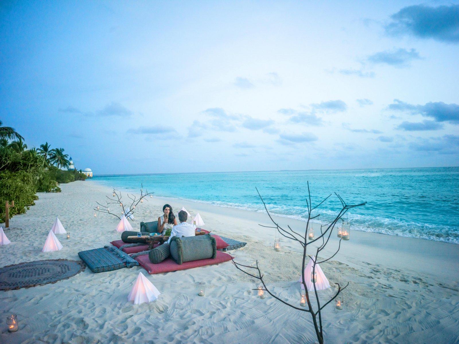 Мальдивы, отель Intercontinental Maldives Maamunagau, ужин на пляже