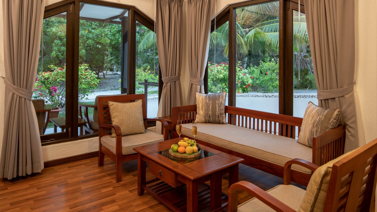 Мальдивы, отель Bandos Maldives, номер Deluxe Beachfront Room