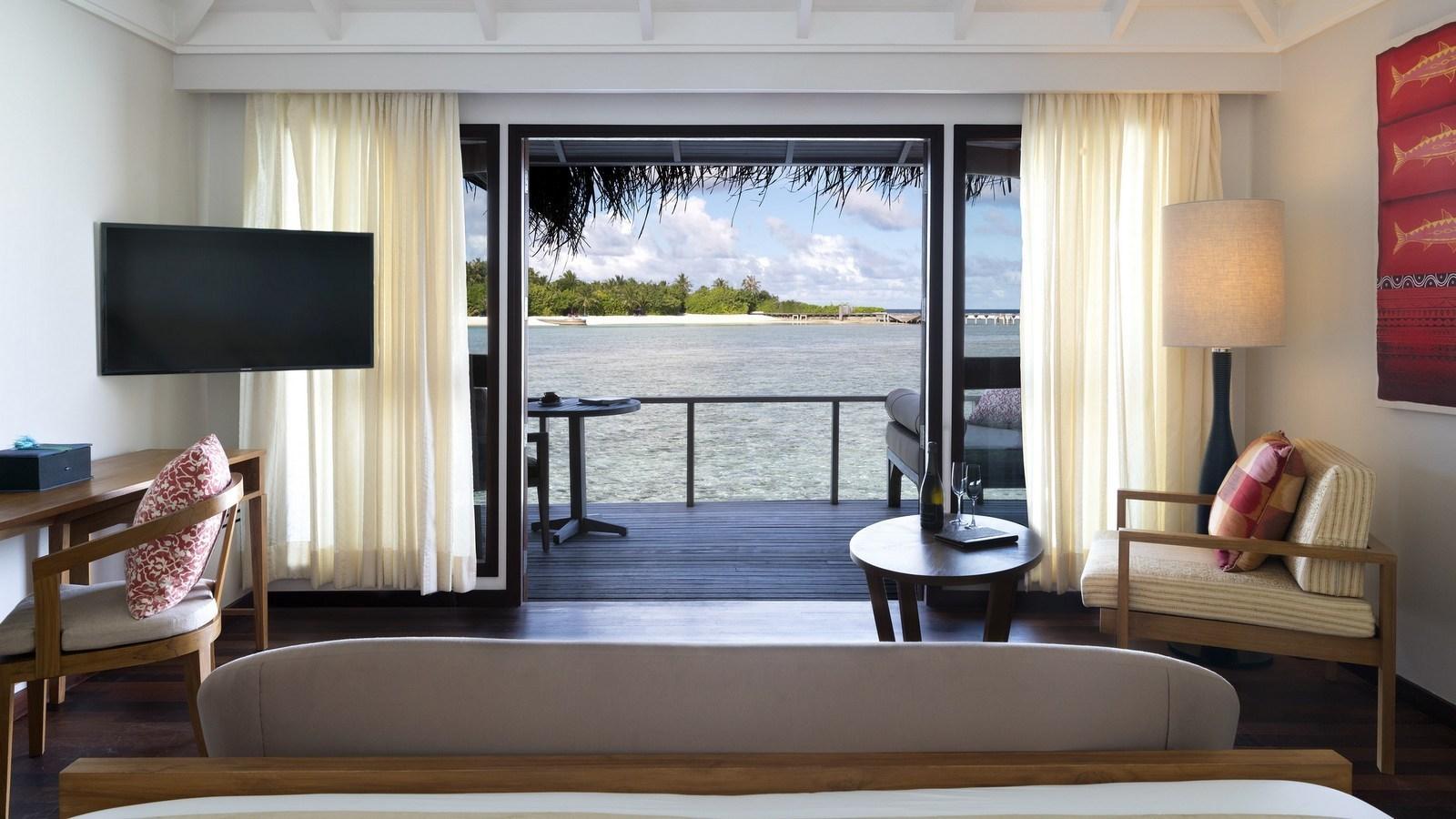 Мальдивы, отель Anantara Veli Resort, номер Superior Over Water Bungalow