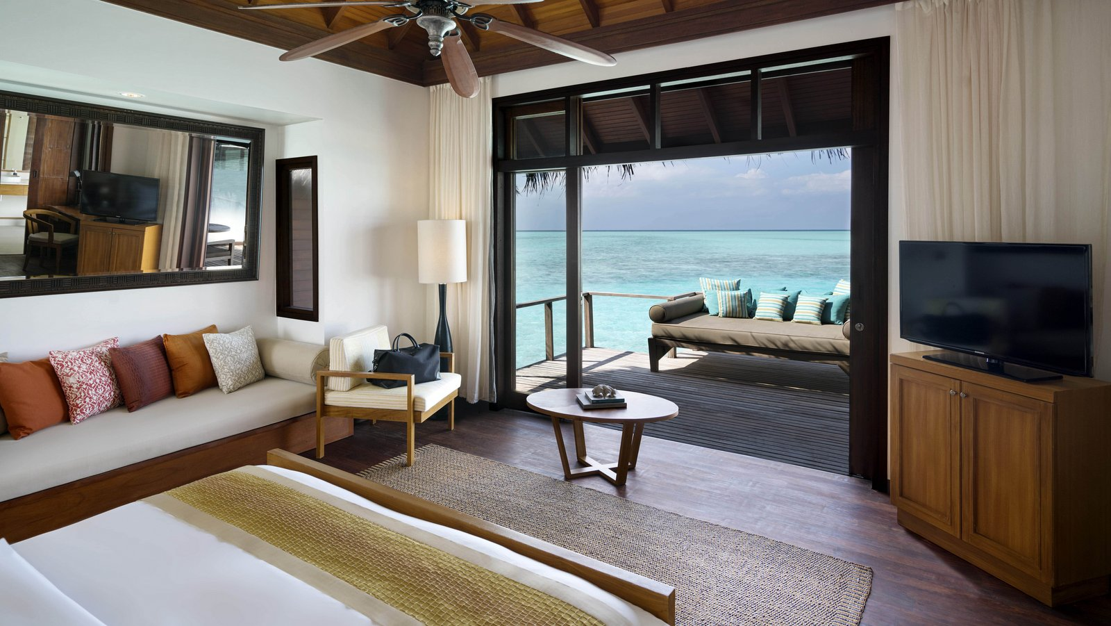 Мальдивы, отель Anantara Veli Resort, номер Deluxe Over Water Bungalow