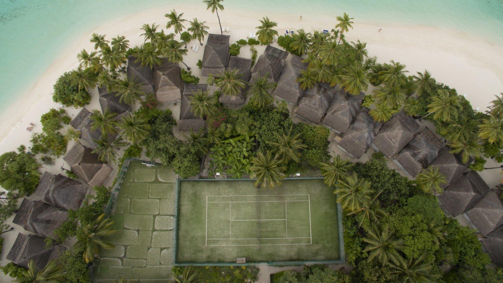 Мальдивы, отель Angaga Island Resort & Spa, теннисный корт