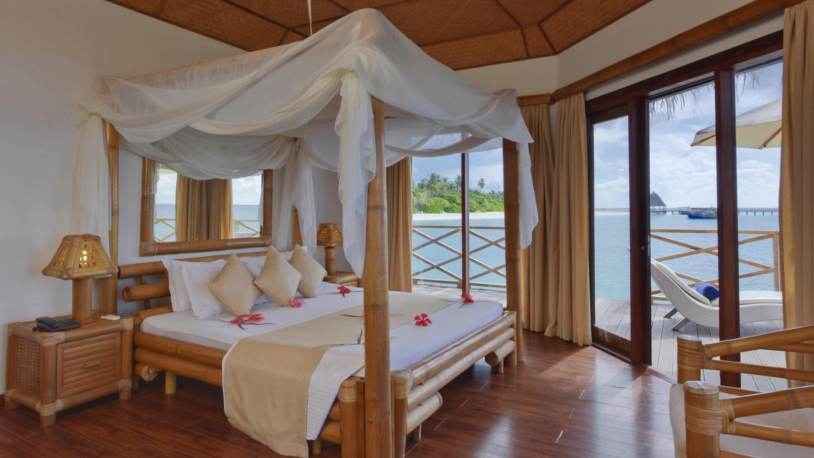 Мальдивы, отель Angaga Island Resort & Spa, номер Water Bungalow