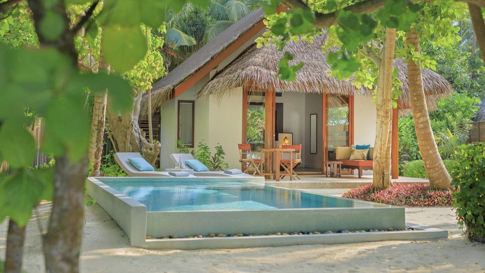 Мальдивы, отель Dusit Thani Maldives, номер Deluxe Beach Villa with Pool