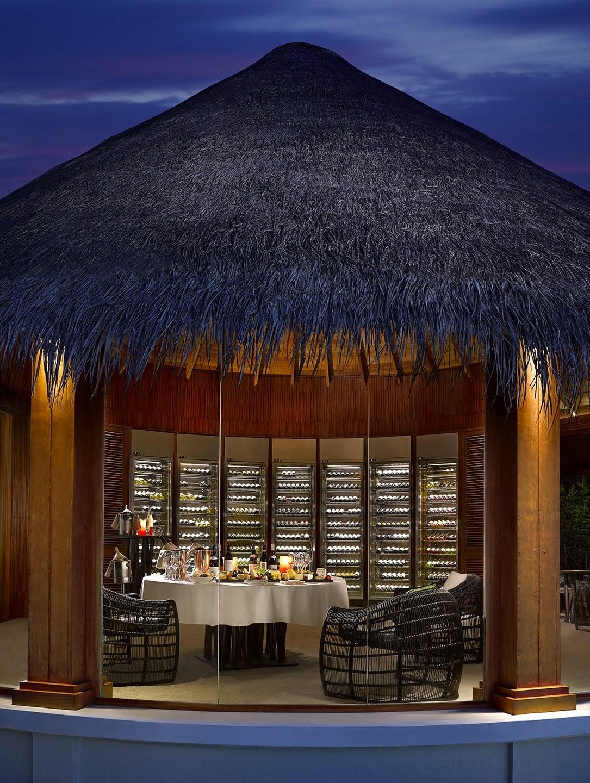 Мальдивы, отель Dusit Thani Maldives, винный погреб