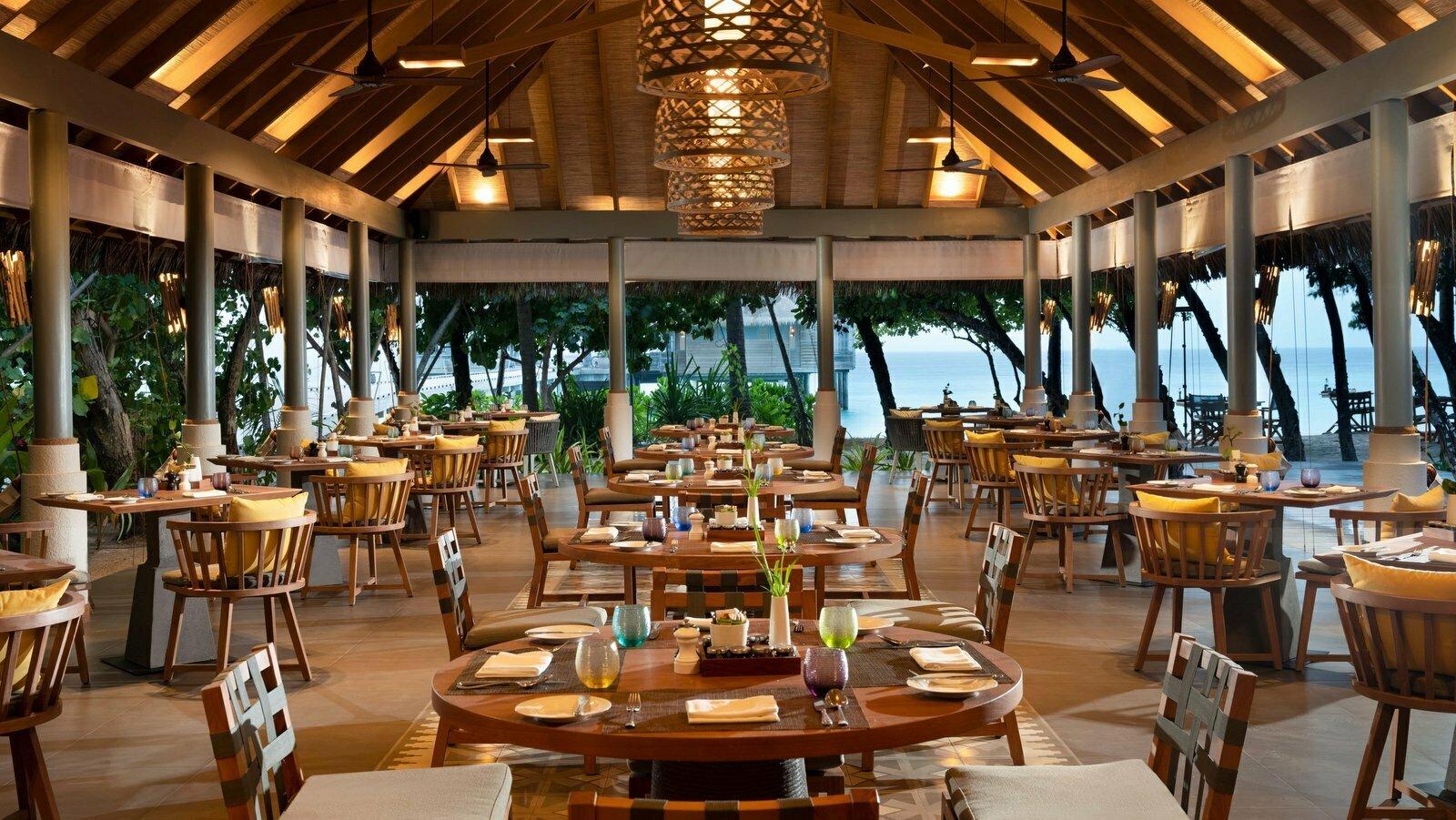 Мальдивы, отель Vakkaru Maldives, ресторан Amaany