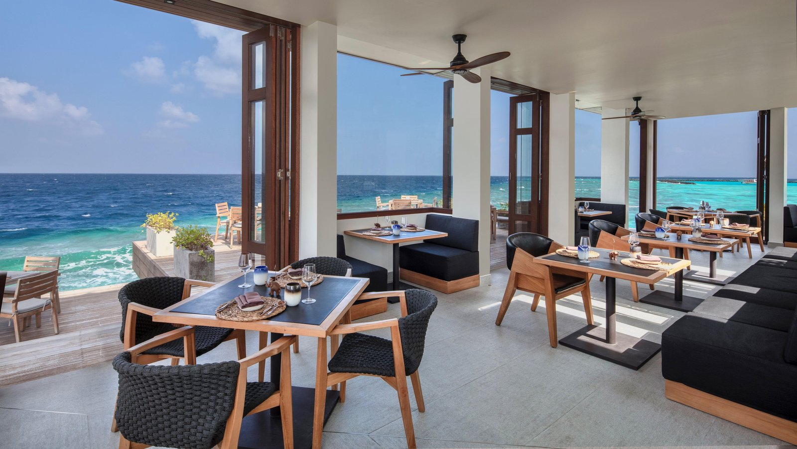 Мальдивы, отель Heritance Aarah, ресторан Ambula