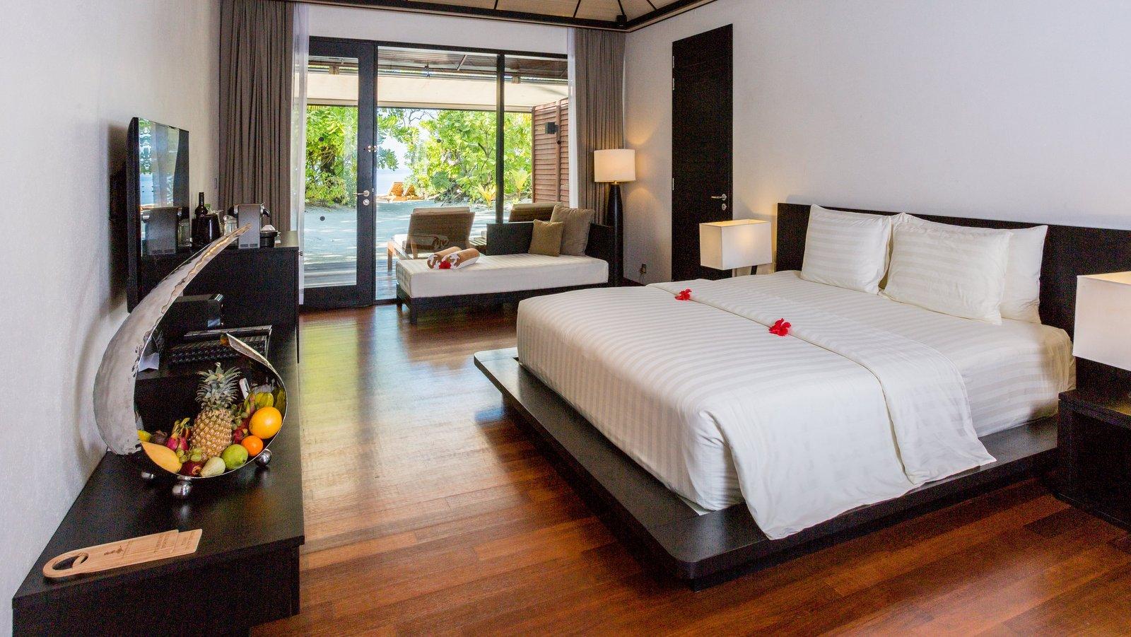 Мальдивы, отель Lily Beach Resort, номер Beach Villa