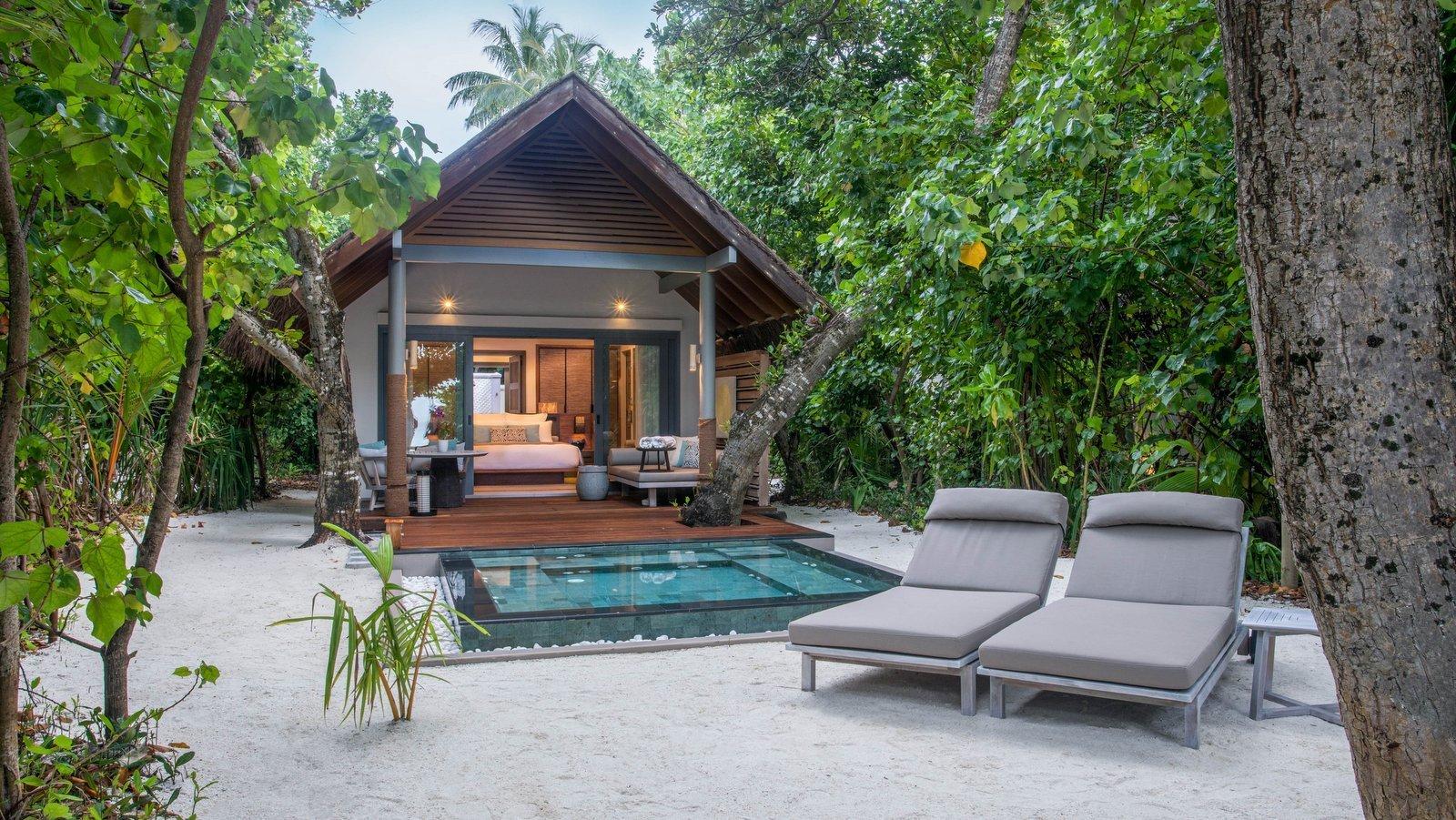 Мальдивы, отель Vakkaru Maldives, номер Beach Villa with Plunge Pool