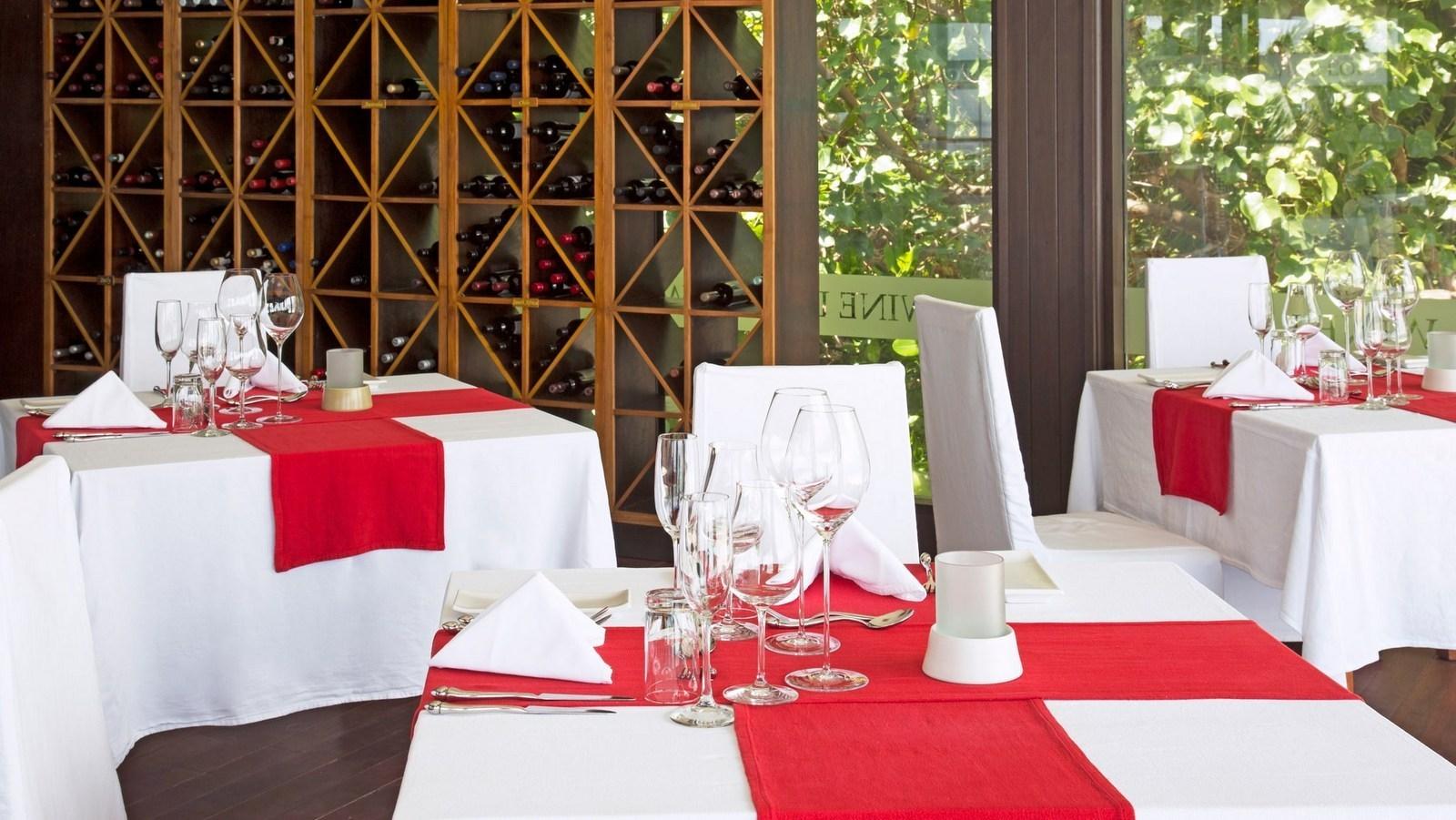 Мальдивы, отель Coco Palm Bodu Hithi, ресторан WINE LOFT
