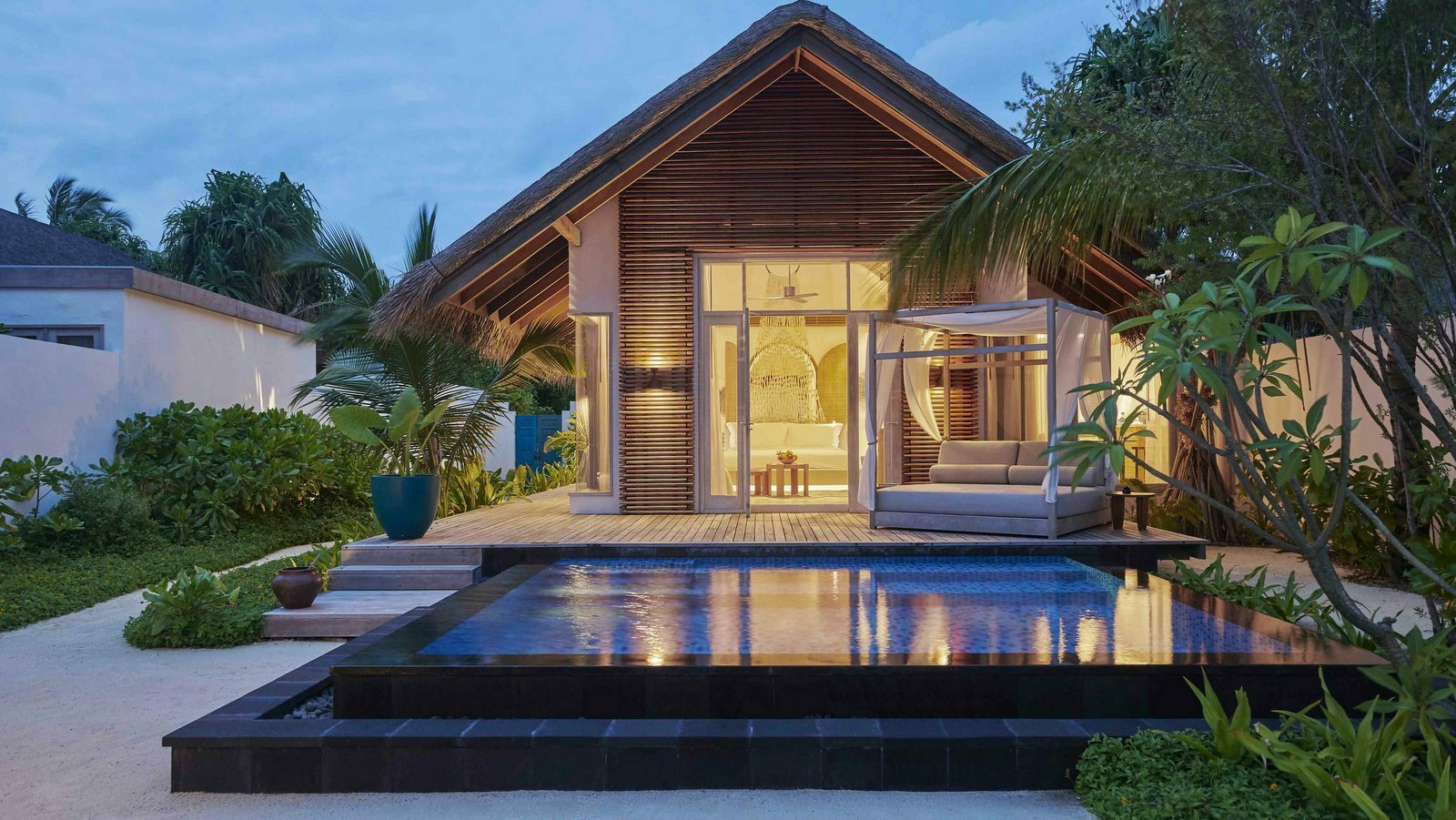 Мальдивы, отель Fairmont Maldives Sirru Fen Fushi, номер Deluxe Beach Villa