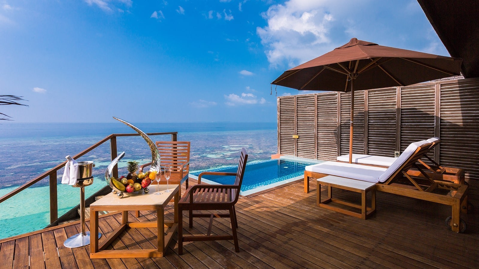 Мальдивы, отель Lily Beach Resort, номер Deluxe Water Villa