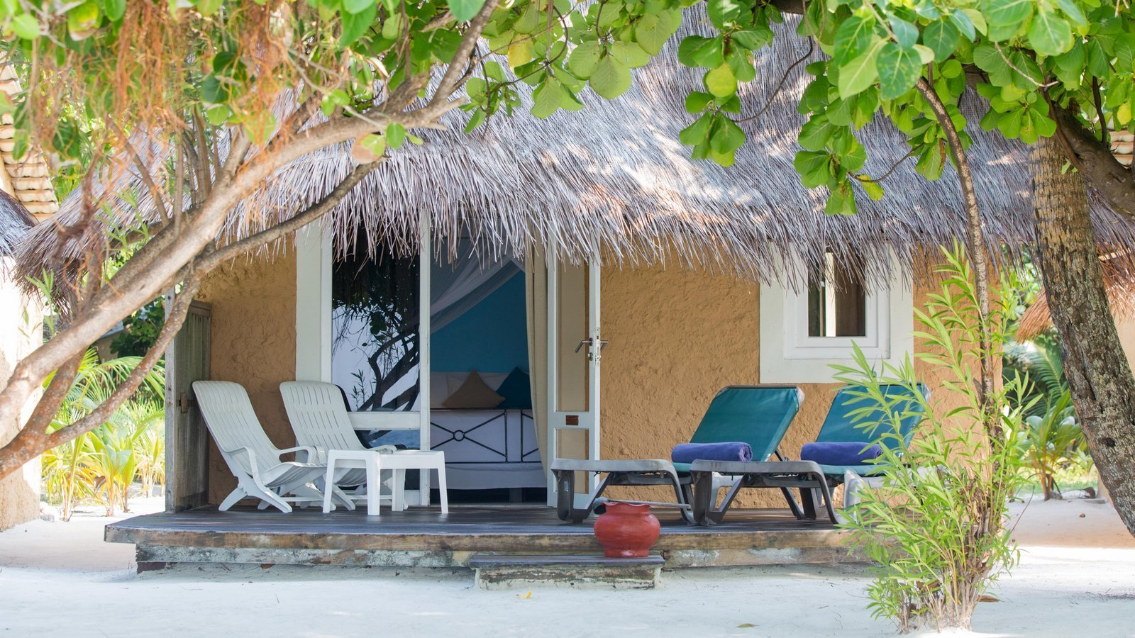 Мальдивы, отель Kuredu Island Resort, номер Beach Bungalow