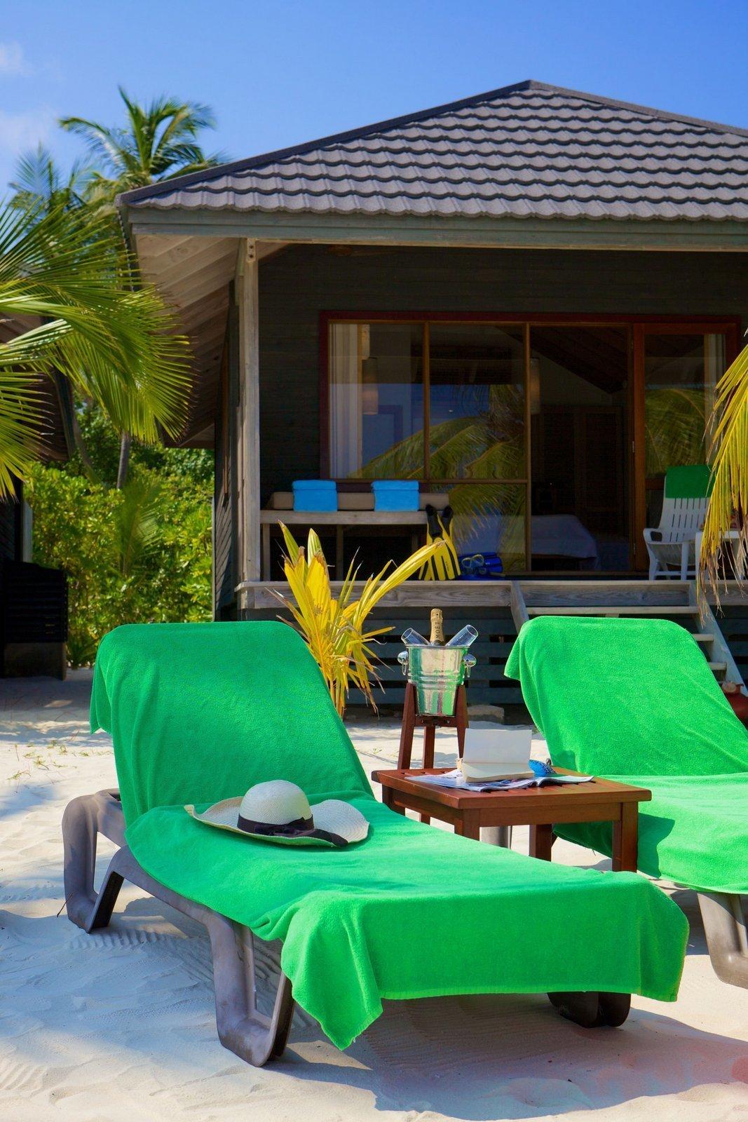 Мальдивы, отель Kuredu Island Resort, номер Beach Villa