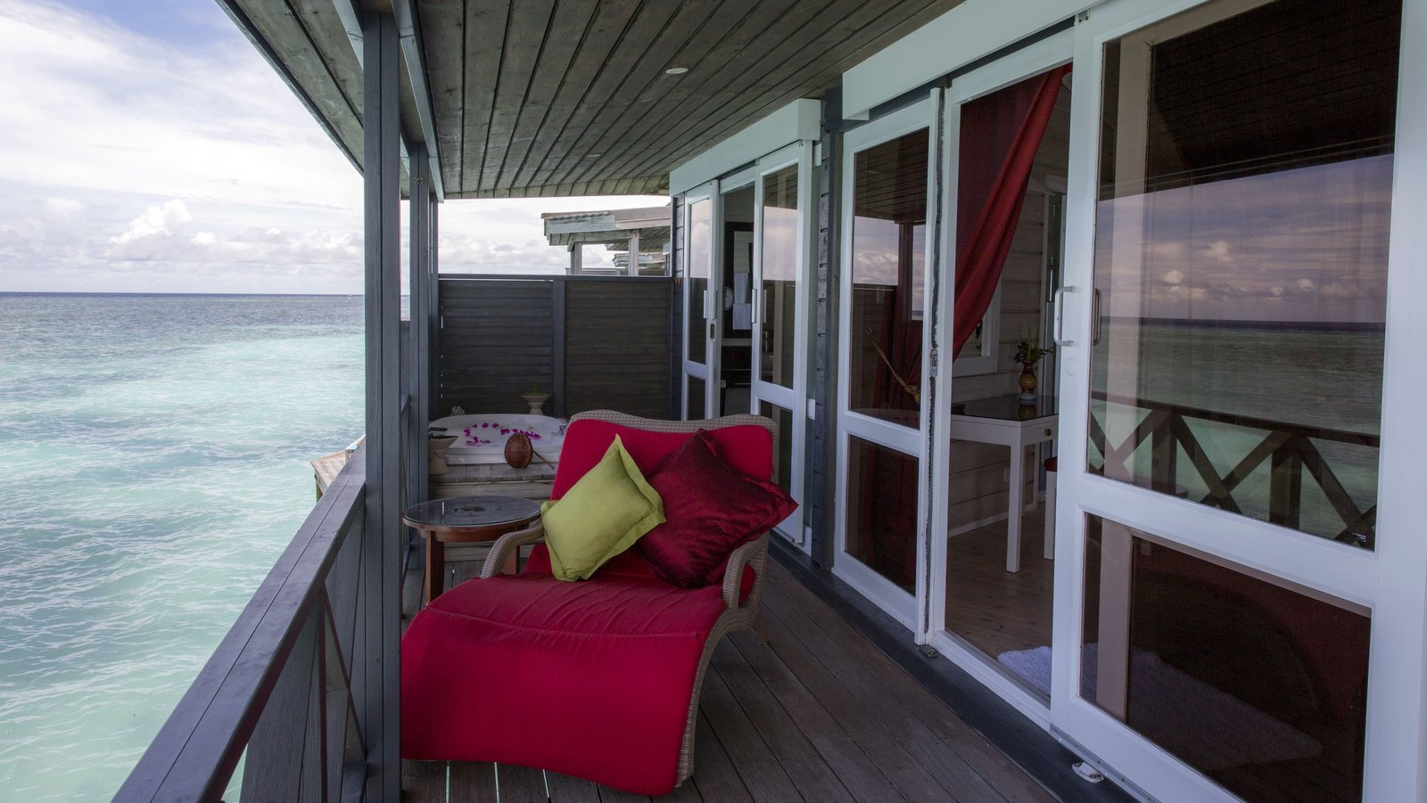 Мальдивы, отель Kuredu Island Resort, номер Honeymoon Suite