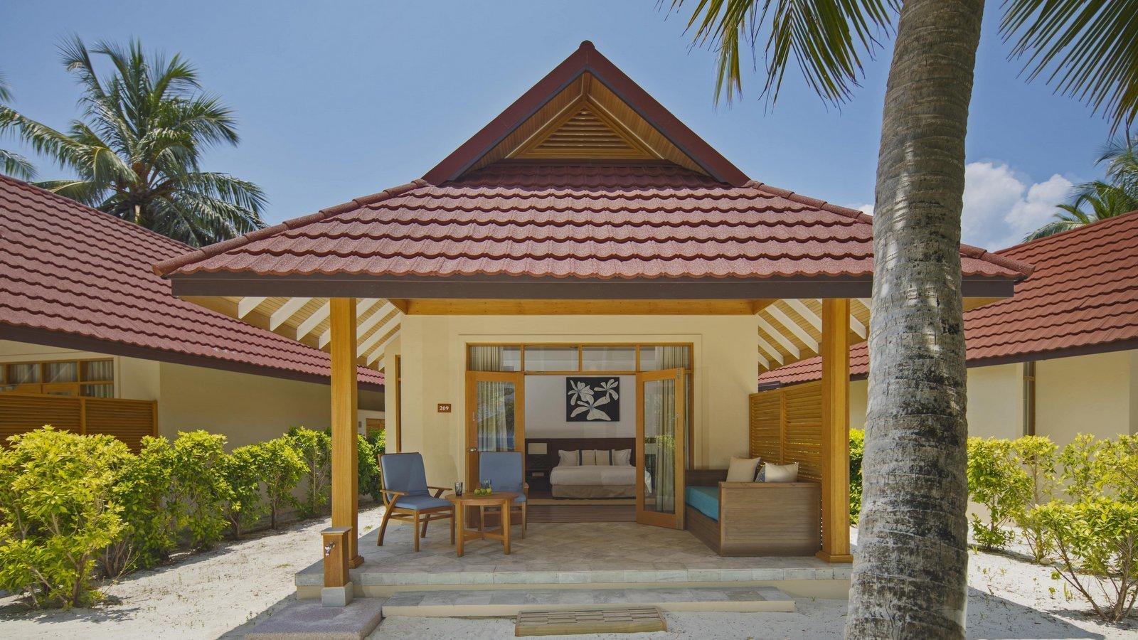 Мальдивы, отель Kurumba Maldives, номер Beach Front Deluxe Bungalow