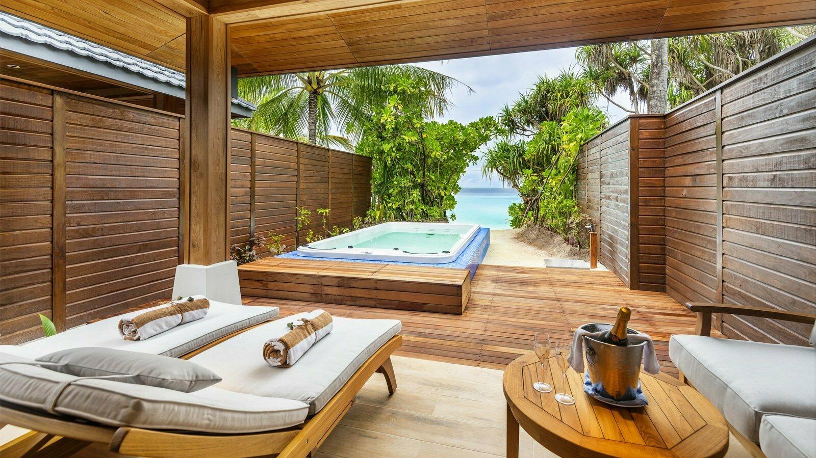 Мальдивы, отель Lily Beach Resort, номер Beach Suite with Jacuzzi