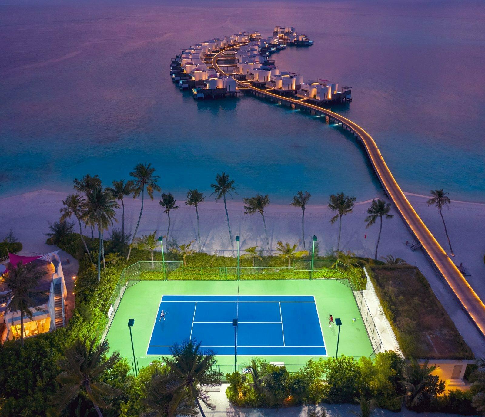 Мальдивы, отель LUX North Male Atoll, теннисный корт