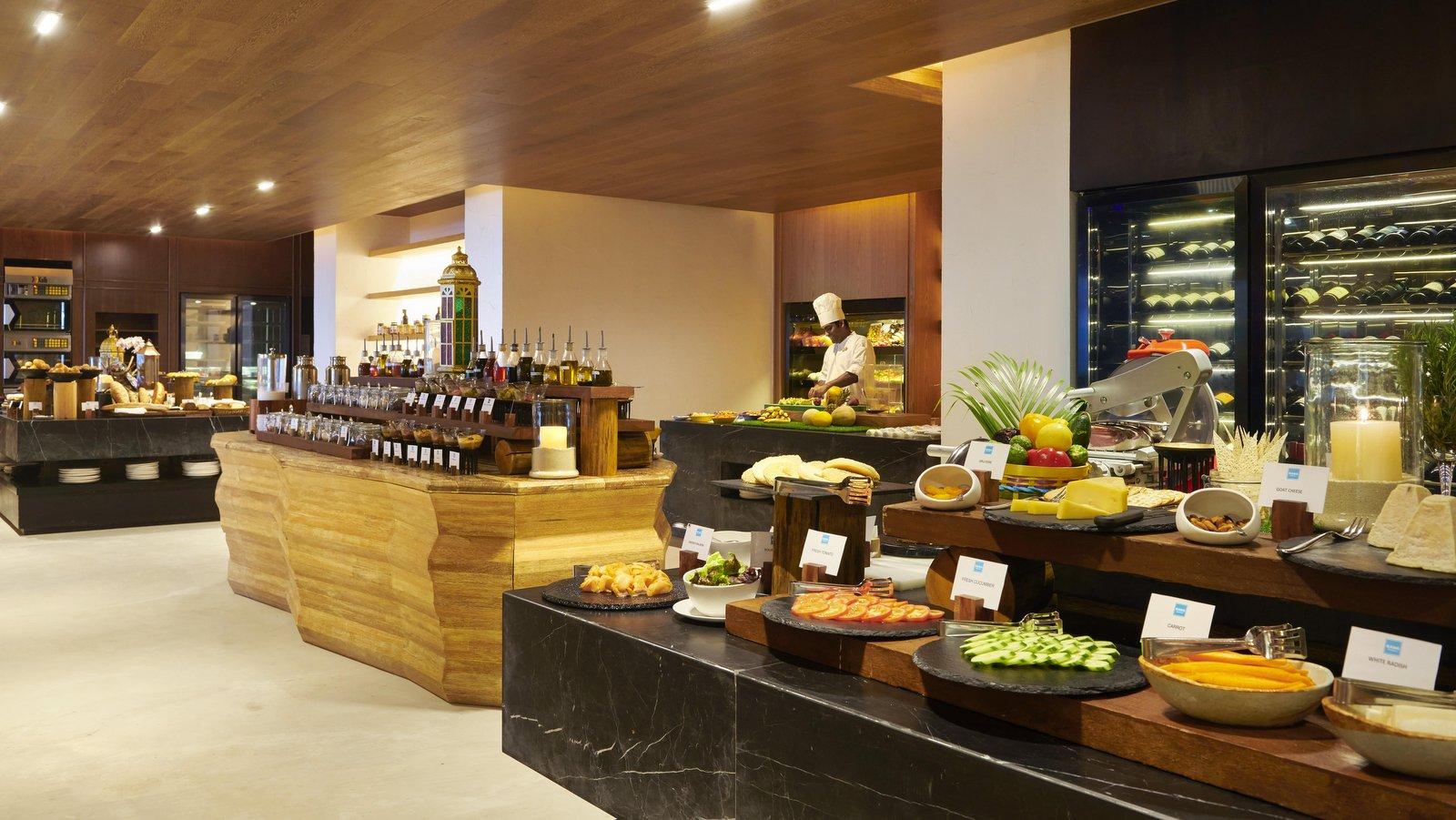 Мальдивы, отель Fairmont Maldives Sirru Fen Fushi, ресторан RAHA MARKET