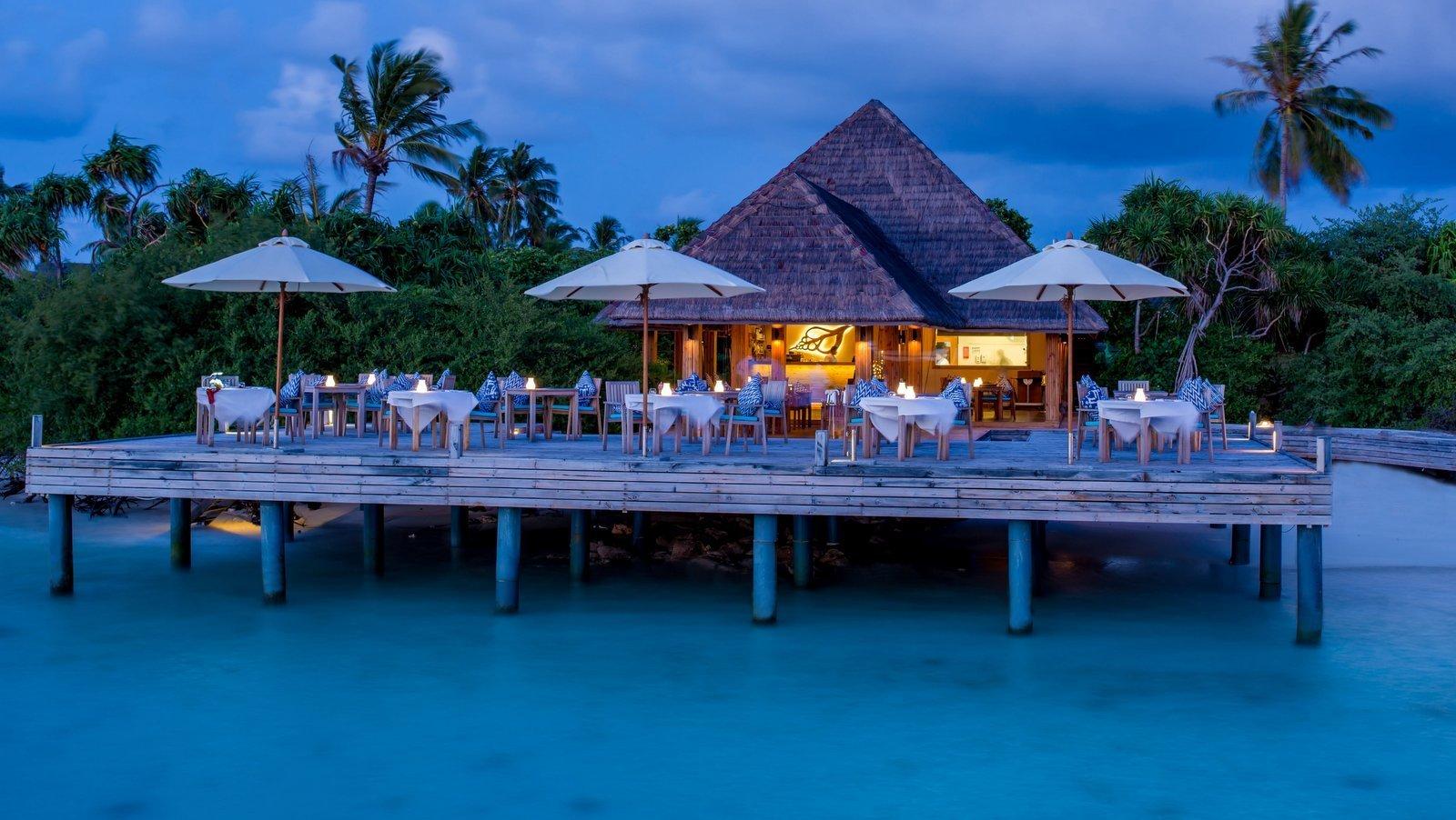 Мальдивы, отель Kudafushi Resort, бар Sea Edge