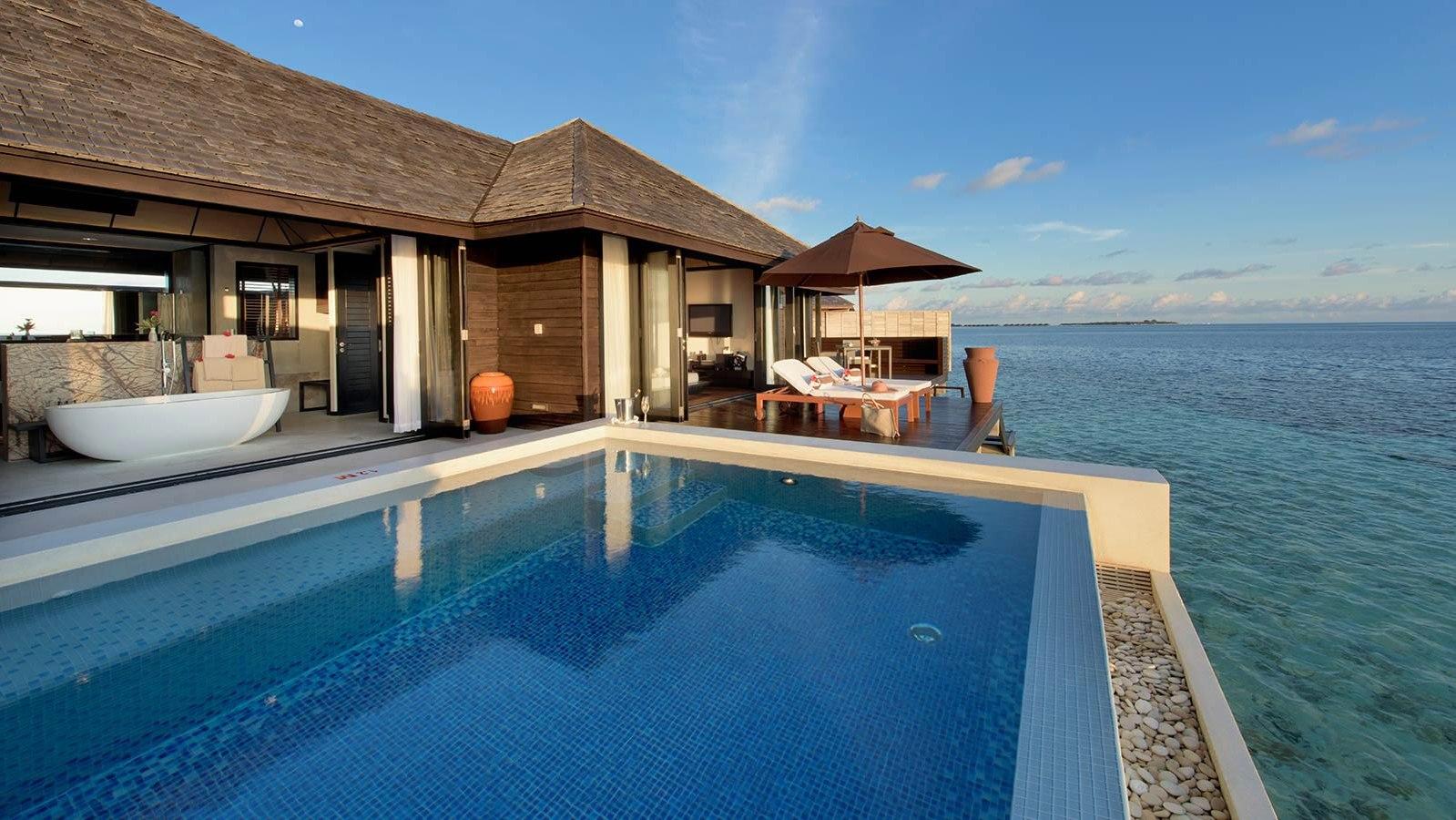 Мальдивы, отель Lily Beach Resort, номер Sunset Water Suite