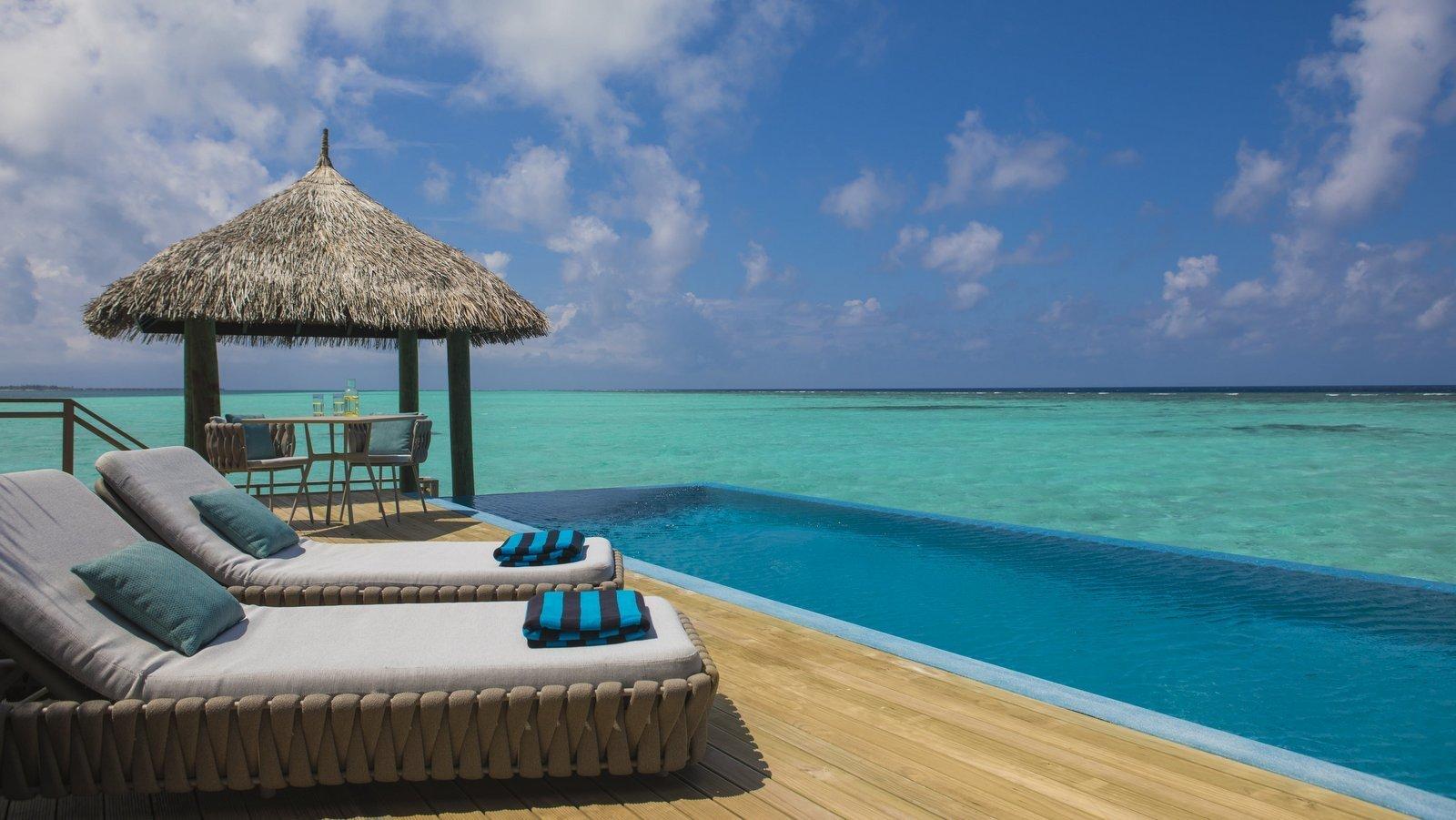 Мальдивы, отель Velassaru Maldives, номер Water Suite