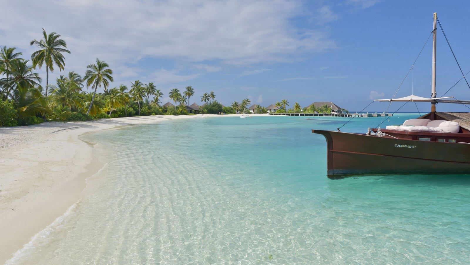 Мальдивы, отель Safari Island Resort & Spa, лодка